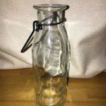 100均セリアのいびつなガラス瓶でフェイクグリーンを壁に飾る